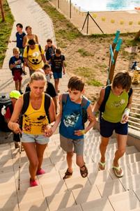 Cesta z koupaliště - Verča, Dominik, Lucka jdou do schodů a za nimi další