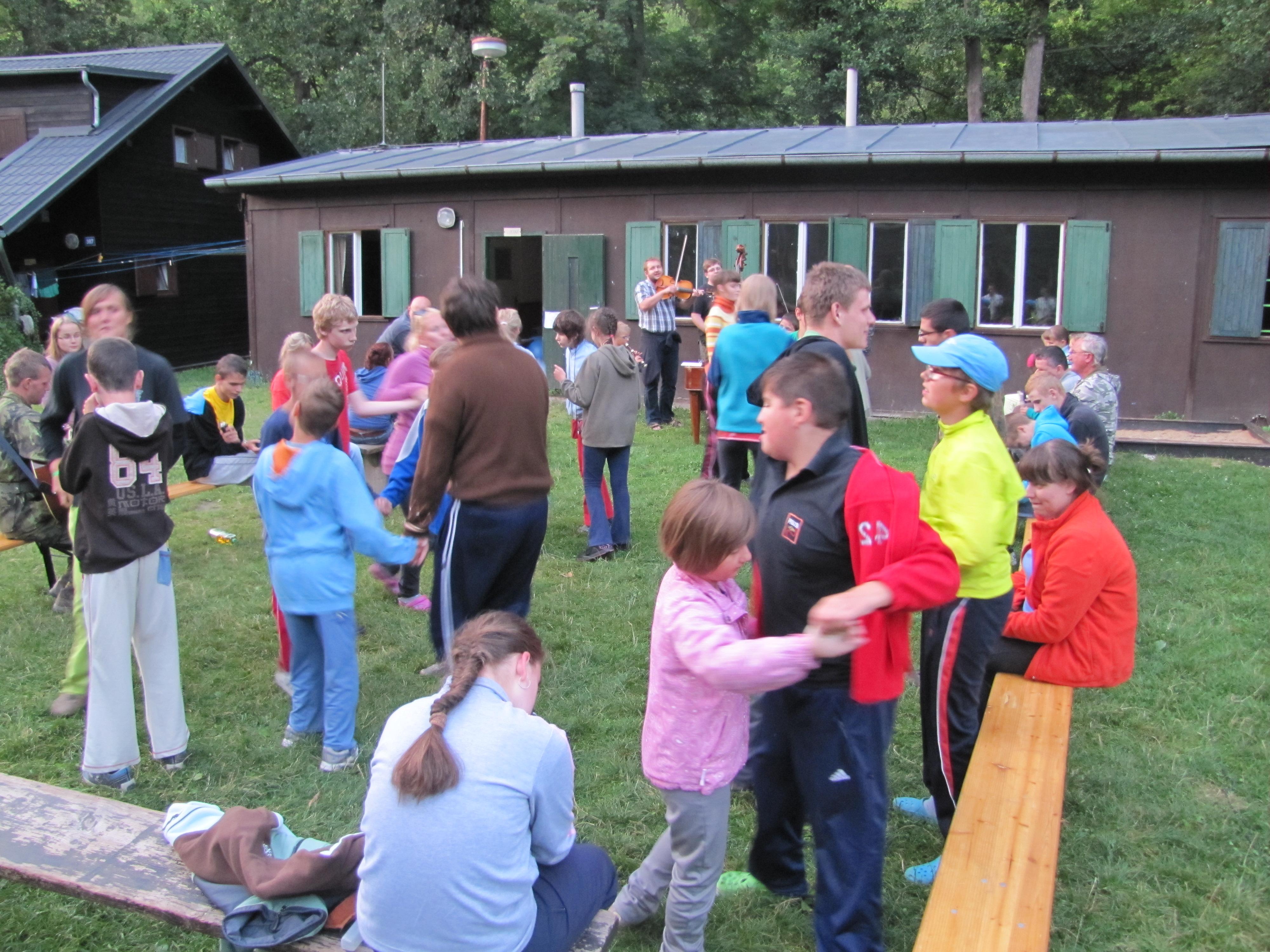 Děti tančí za doprovodu cimbálovky