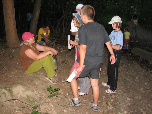 Etapová hra v lese.