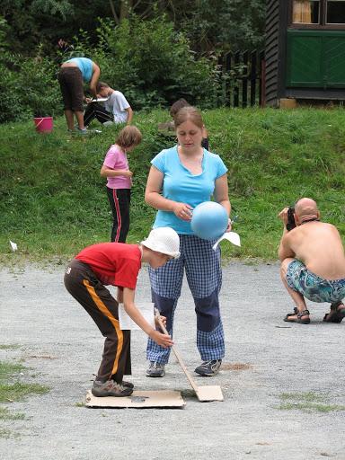 Sportovní dopoledne - chůze po kartonech.