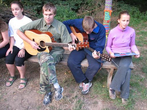 Zpívání u táboráku.