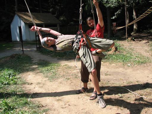 Suky pózuje na lanové překážce.
