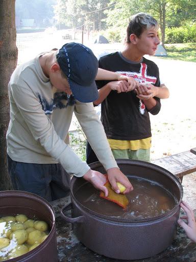 Sebeobsluha - čištění brambor.