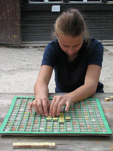 Ráchel hraje Scrabble.