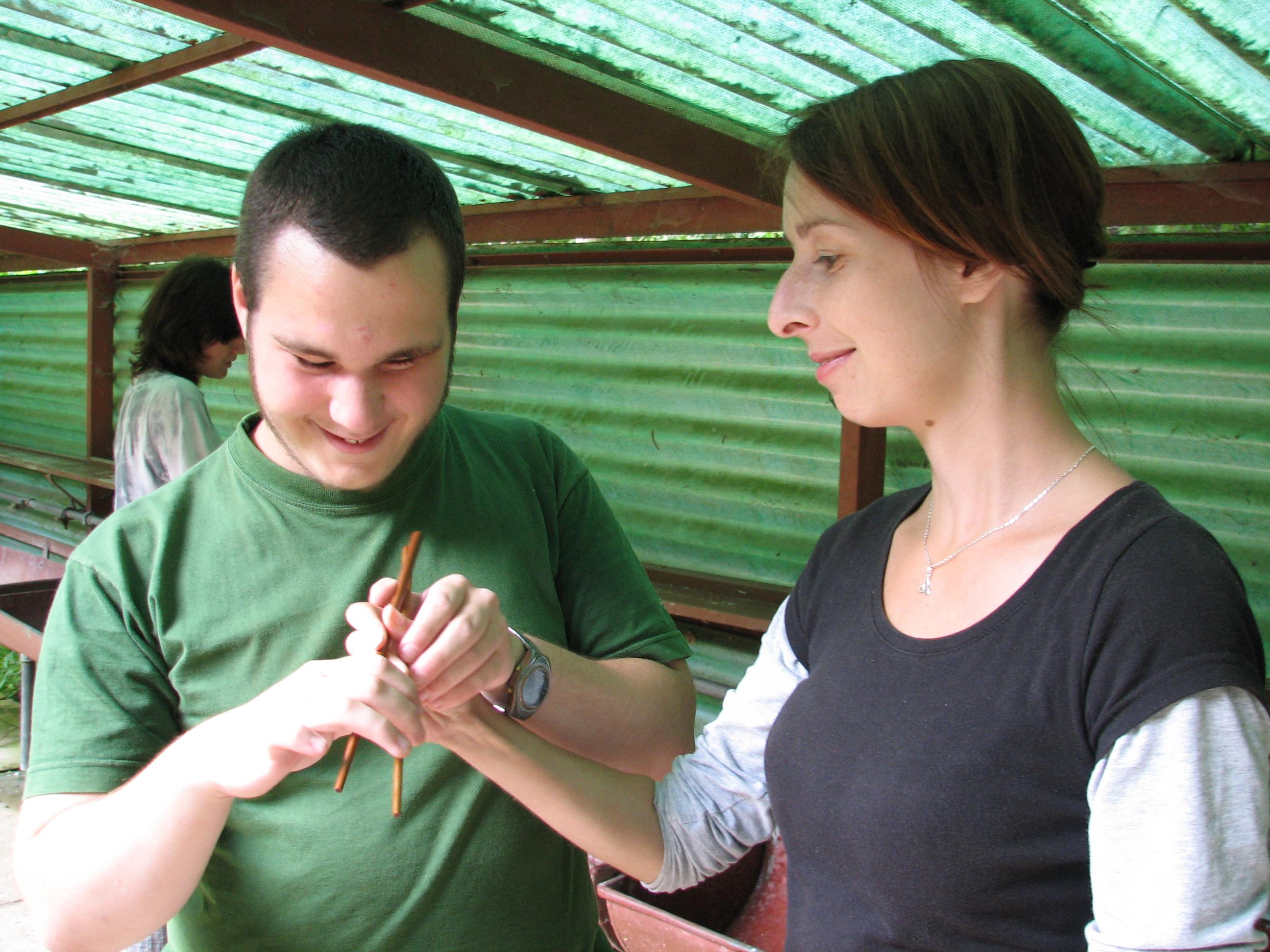 Kamil trénuje držení hůlek