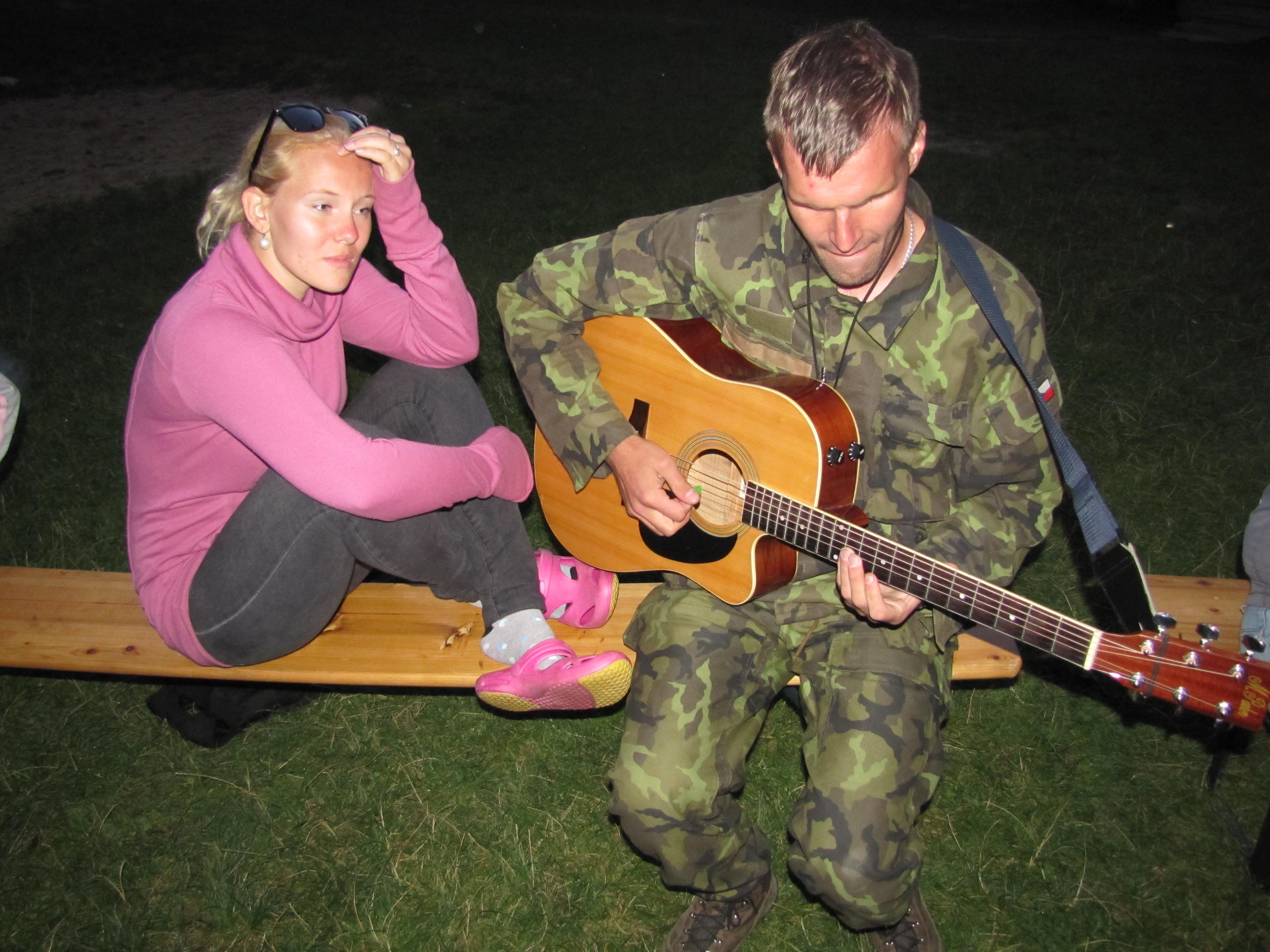 Kristýna a Fenzík u kytary