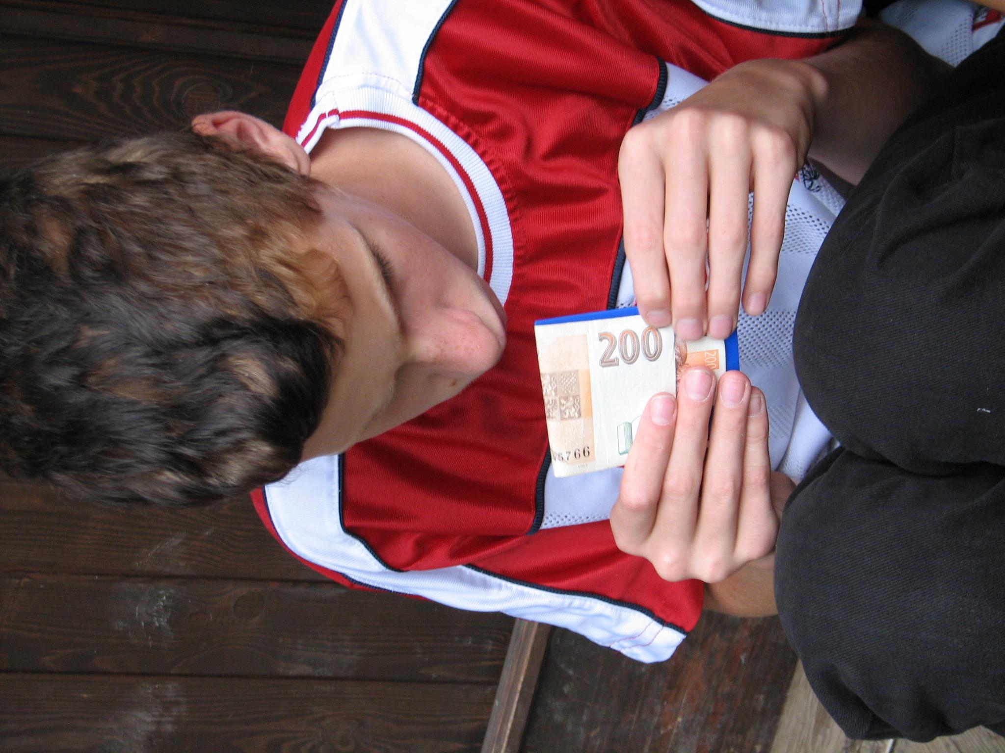 Markus se učí poznávat bankovky