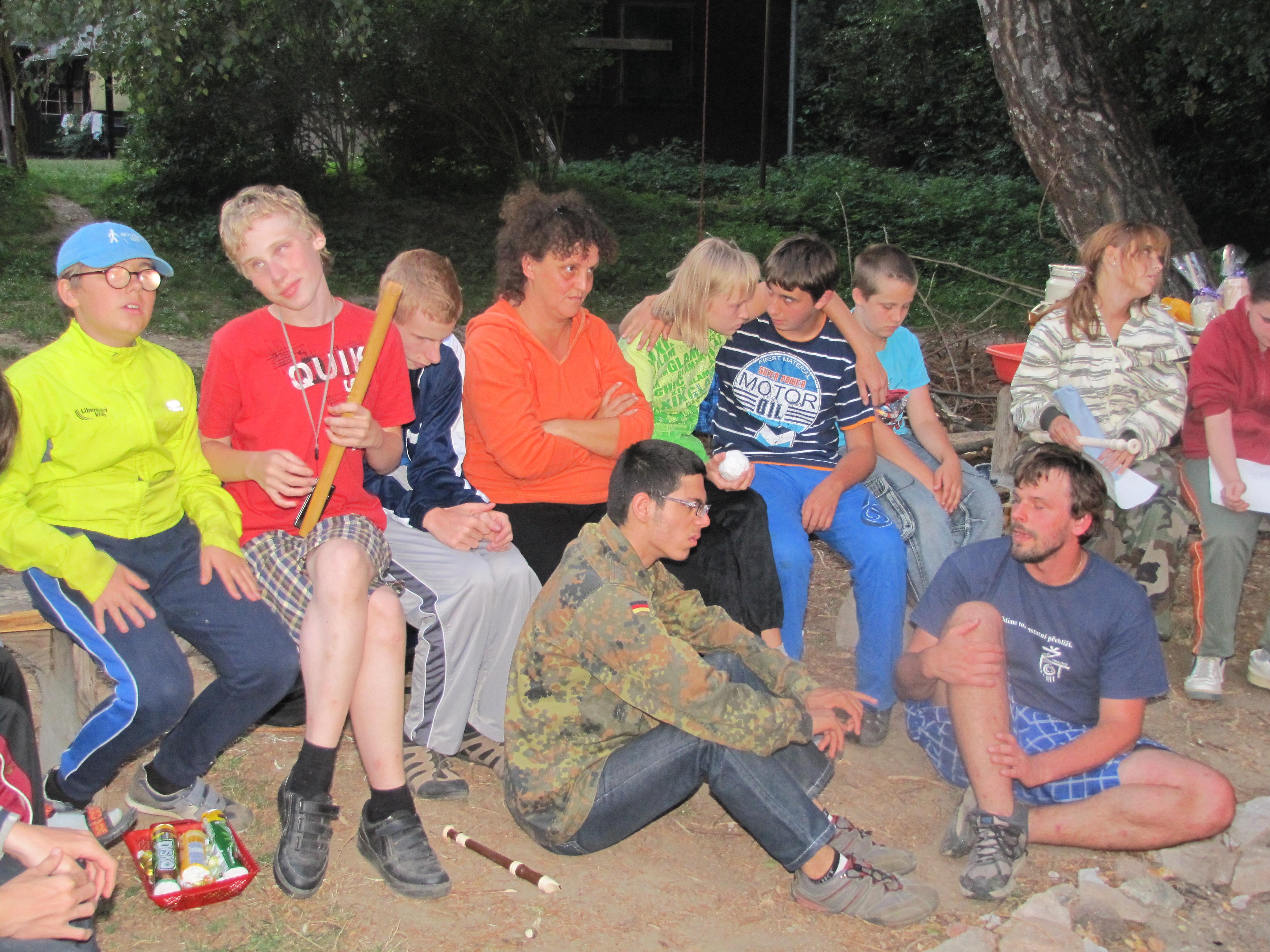 Společné zpívání u táboráku