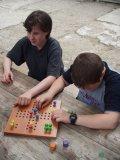 Petra s Kamilem hrají Člověče, nezlob se, uzpůsobené pro nevidomé