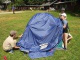 Tom, Kamil a Martin staví stan
