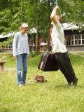 Lukáš skáče s kufrem, Maruška přihlíží