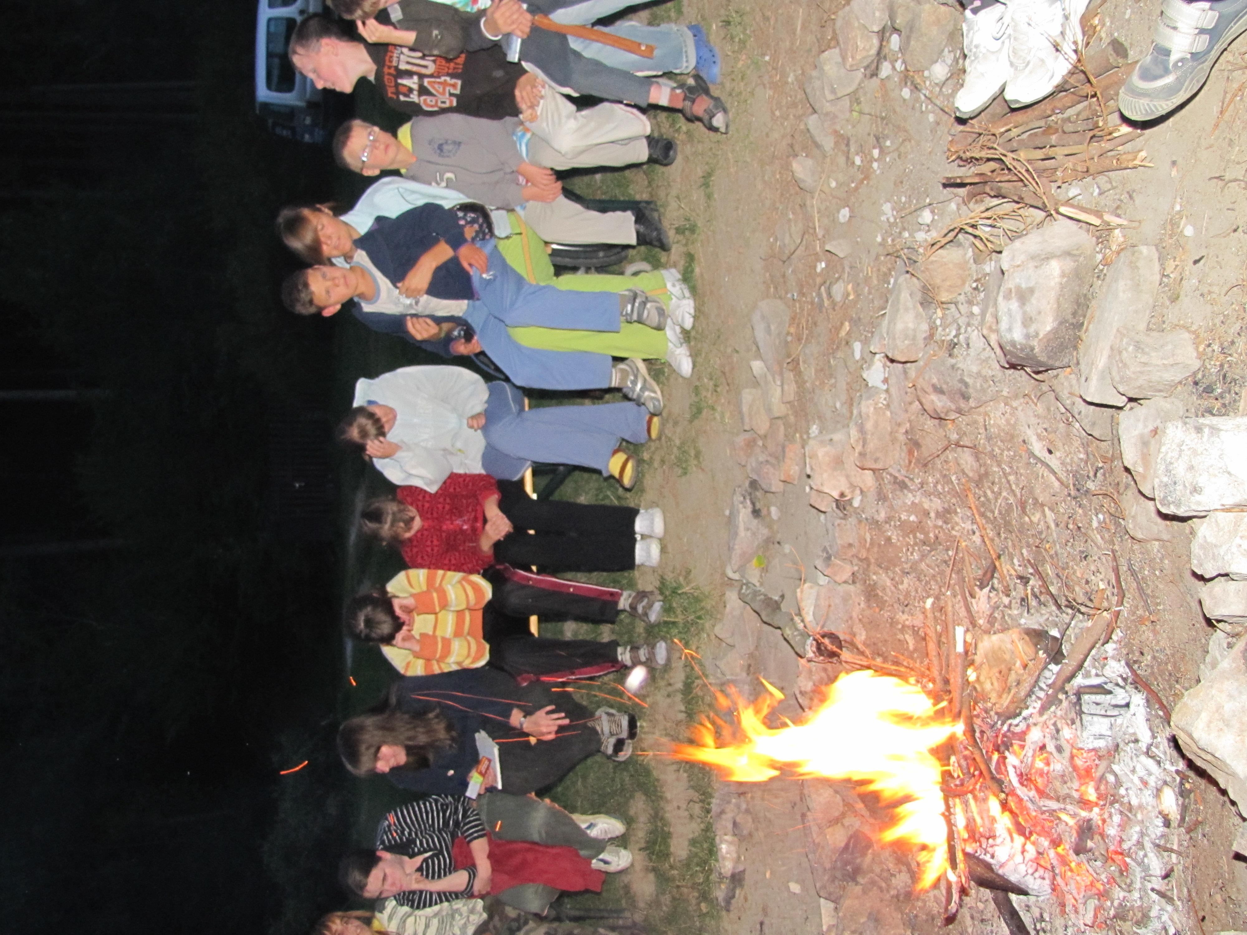 Závěrečný táborák a zpívání